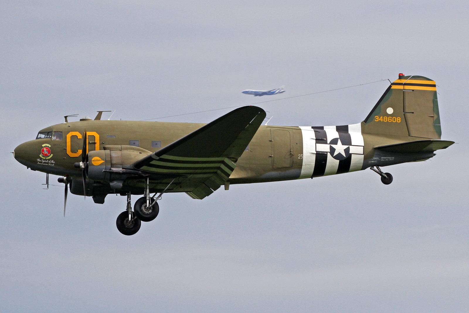 """N47SJ - """"Betsy's Biscuit Bomber"""" ist eine Douglas C-47B Skytrain (DC-3C-R)  (s/n 43-48608), die im April 1944 in der Douglas Aircraft Company in Oklahoma City hergestellt wurde. Heute gehört sie der Gooney Bird Group Inc. in Templeton, Kalifornien."""