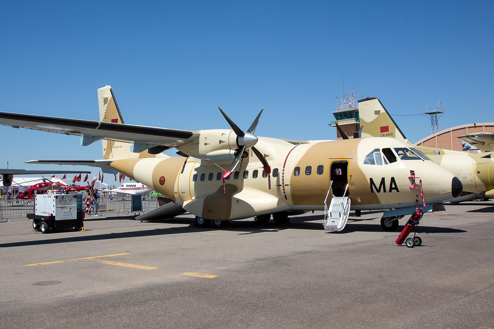 Nicht viele Luftwaffen betreiben bei den kleineren Transportflugzeugen mehrere Muster, hier eine CASA CN- 235M aus Kenitra.