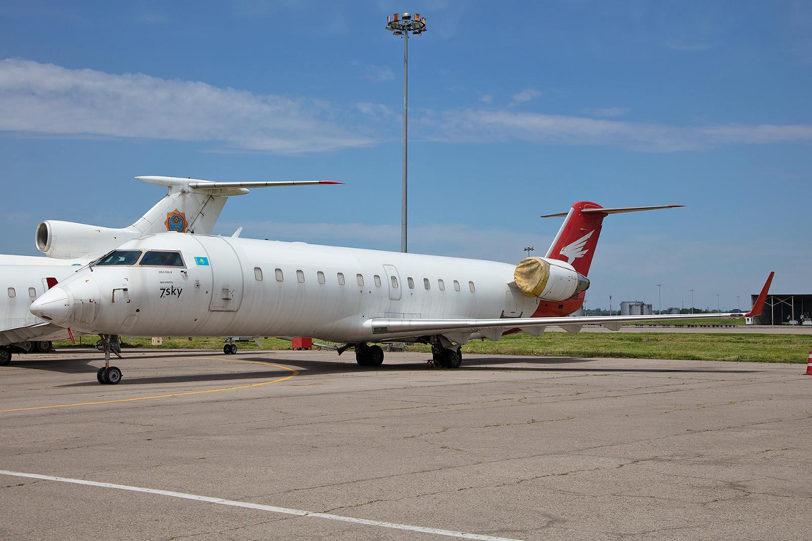 Die 7th Sky Airlines existierte nur kurz. Heute stehen ihre zwei CRJ 100 in Almaty.
