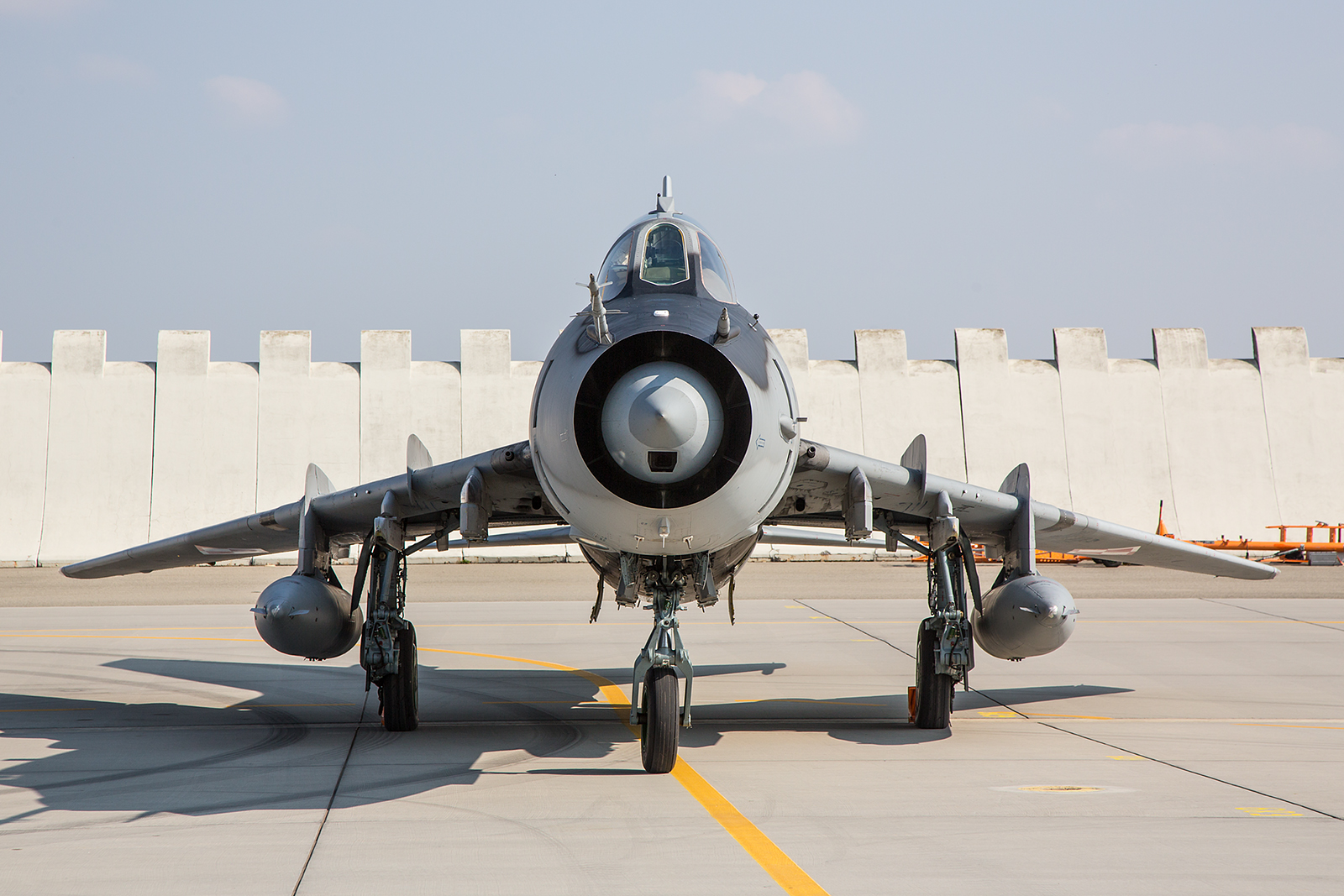 Die Su-22 von vorne. Im Conus unten erkennt man die Geschützkamera.
