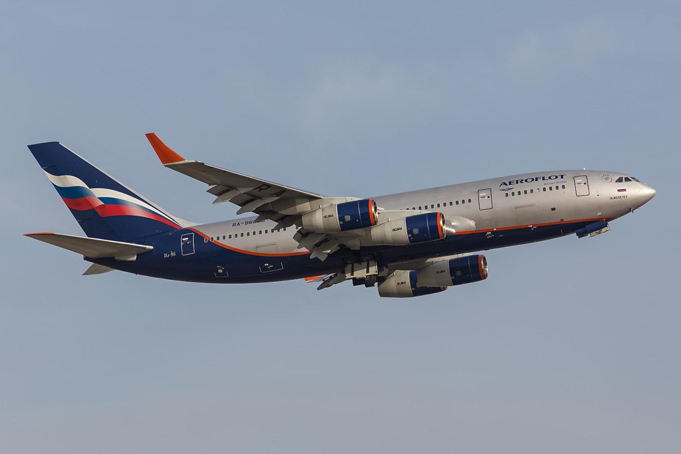 Mittagsflug aus Moskau mit IL-96.