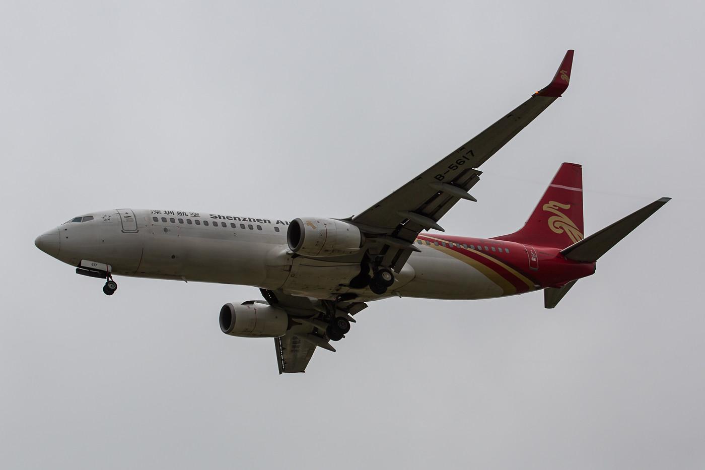 Boeing 737-800 der Shenzen Air von unten.