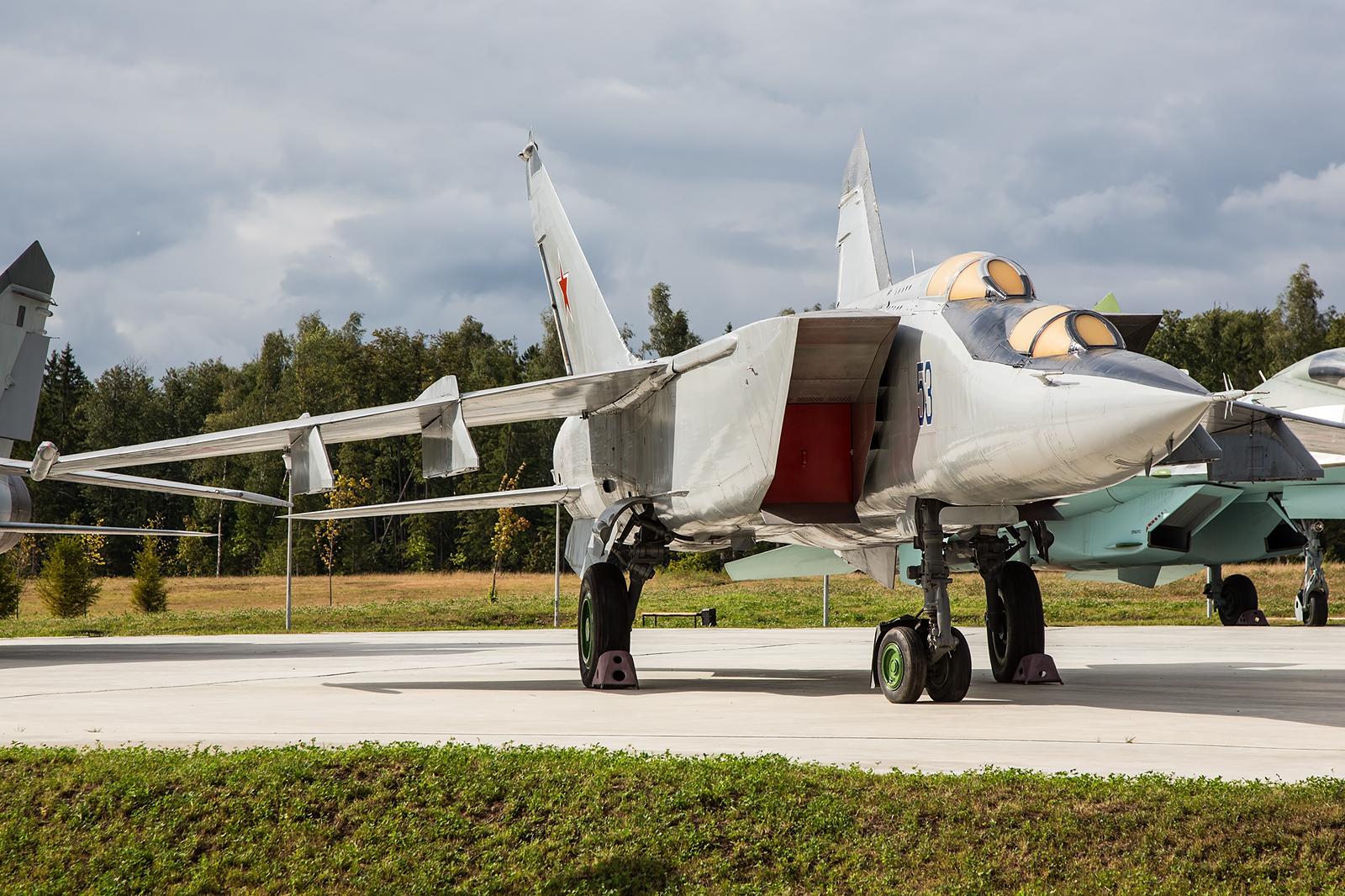 Auch von der MiG-25 gab es Doppelsitzer für die Ausbildung. Die Einsatzvariante wurde allerdings nur von einem Piloten gesteuert.