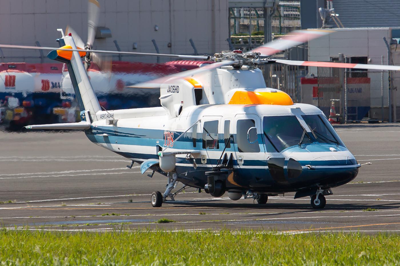 Abgestellt auf der Kompaßnadel zum Einstellen der Navigationsinstrumente war diese Sikorsky S-76 der Aero Asahi.