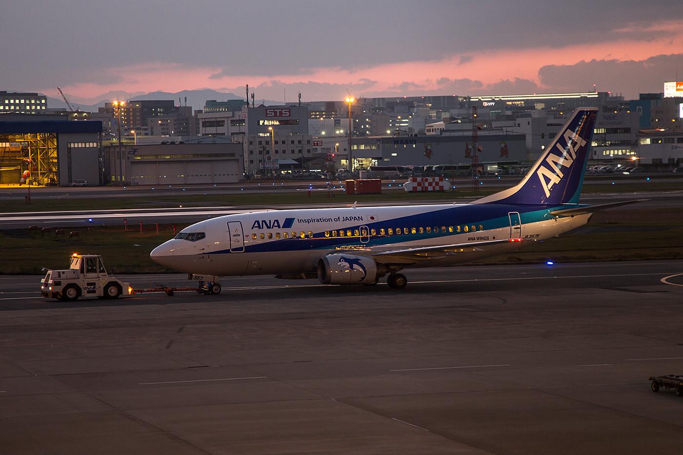 Eine von noch 18 Boeing 737-500 der ANA Wings, ab 2017 werden sie wohl gegen MRJ´s ersetzt.