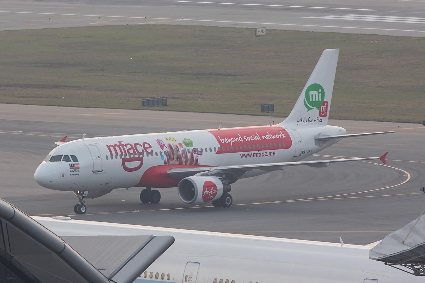 Nochmals ein A 320 der Air Asia in einer Sonderbemalung.