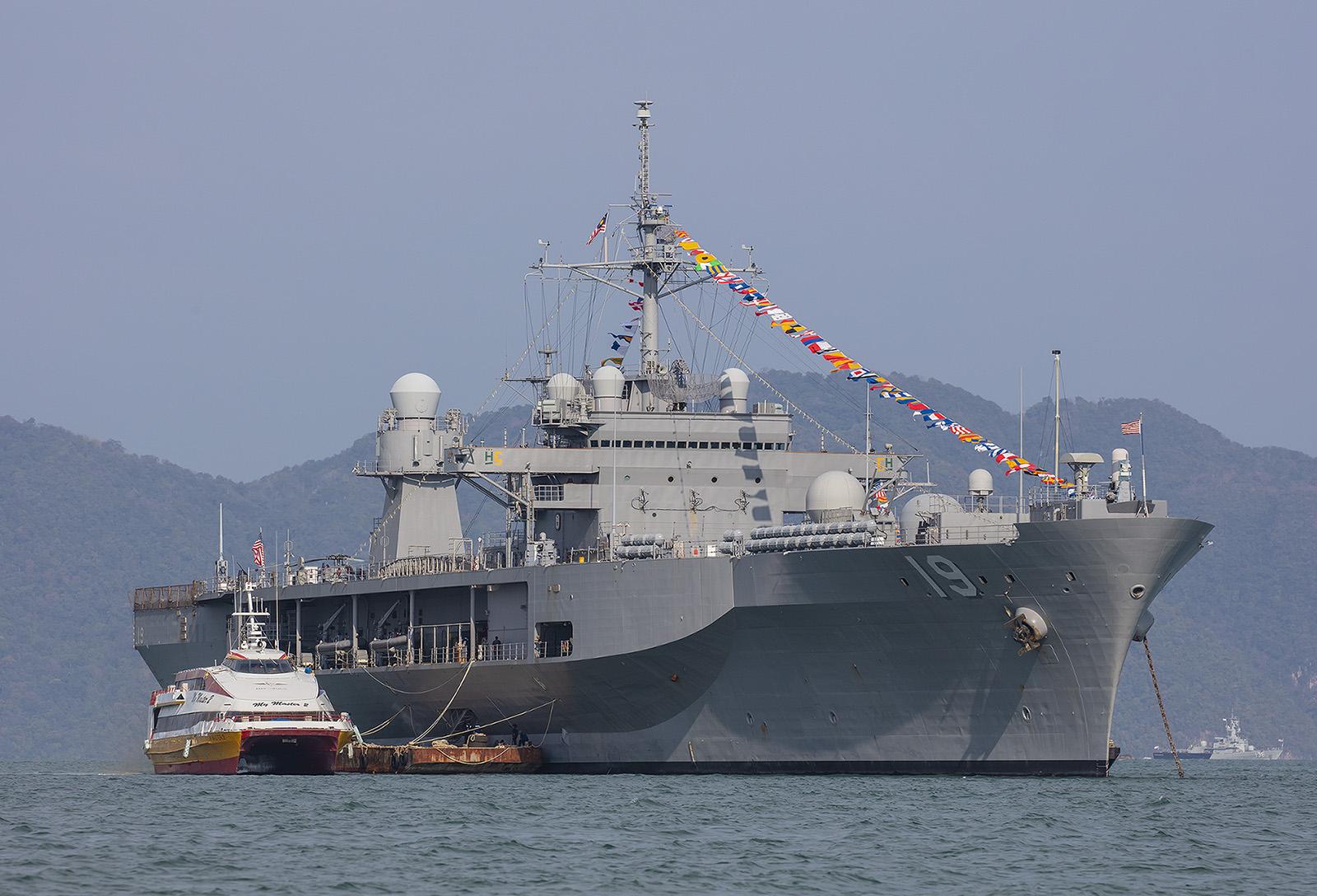 """Die USS """"Blue Ridge"""", das Komandoschiff der 7. US Flotte. Ihr Heimathafen ist Yokosuka in der Tokyo Bay."""