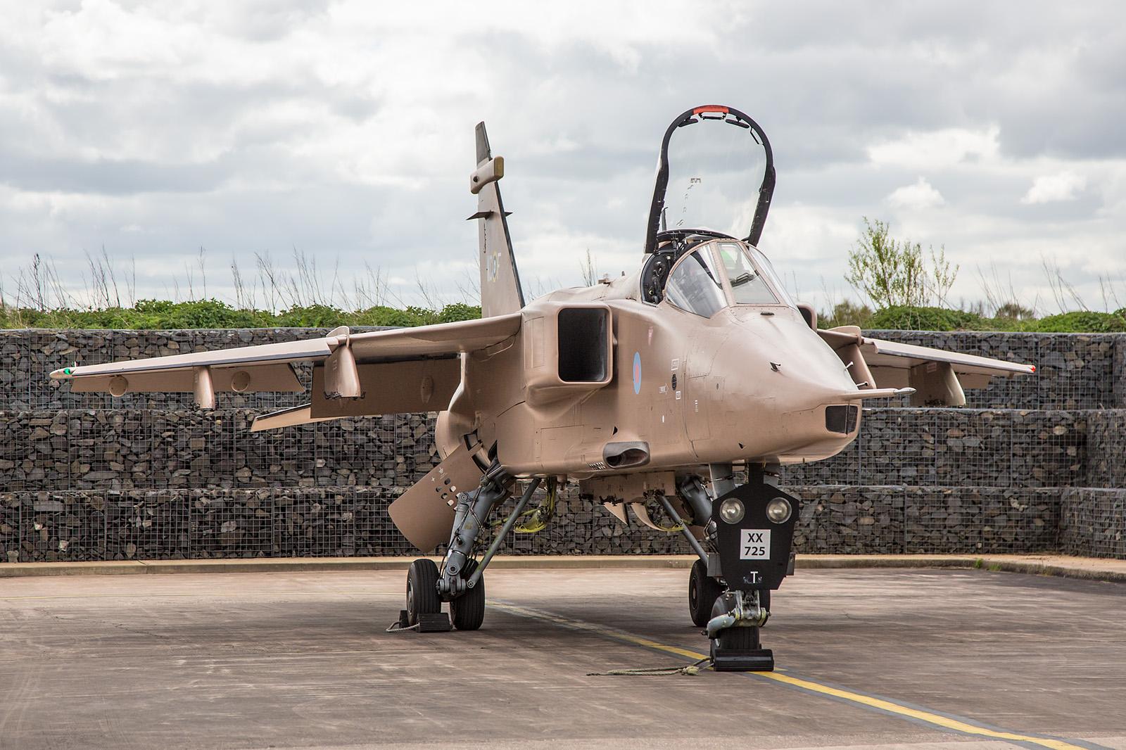 """XX725 Jaguar GR.3A noch in den Farben der Operation """"Dessert Storm""""."""