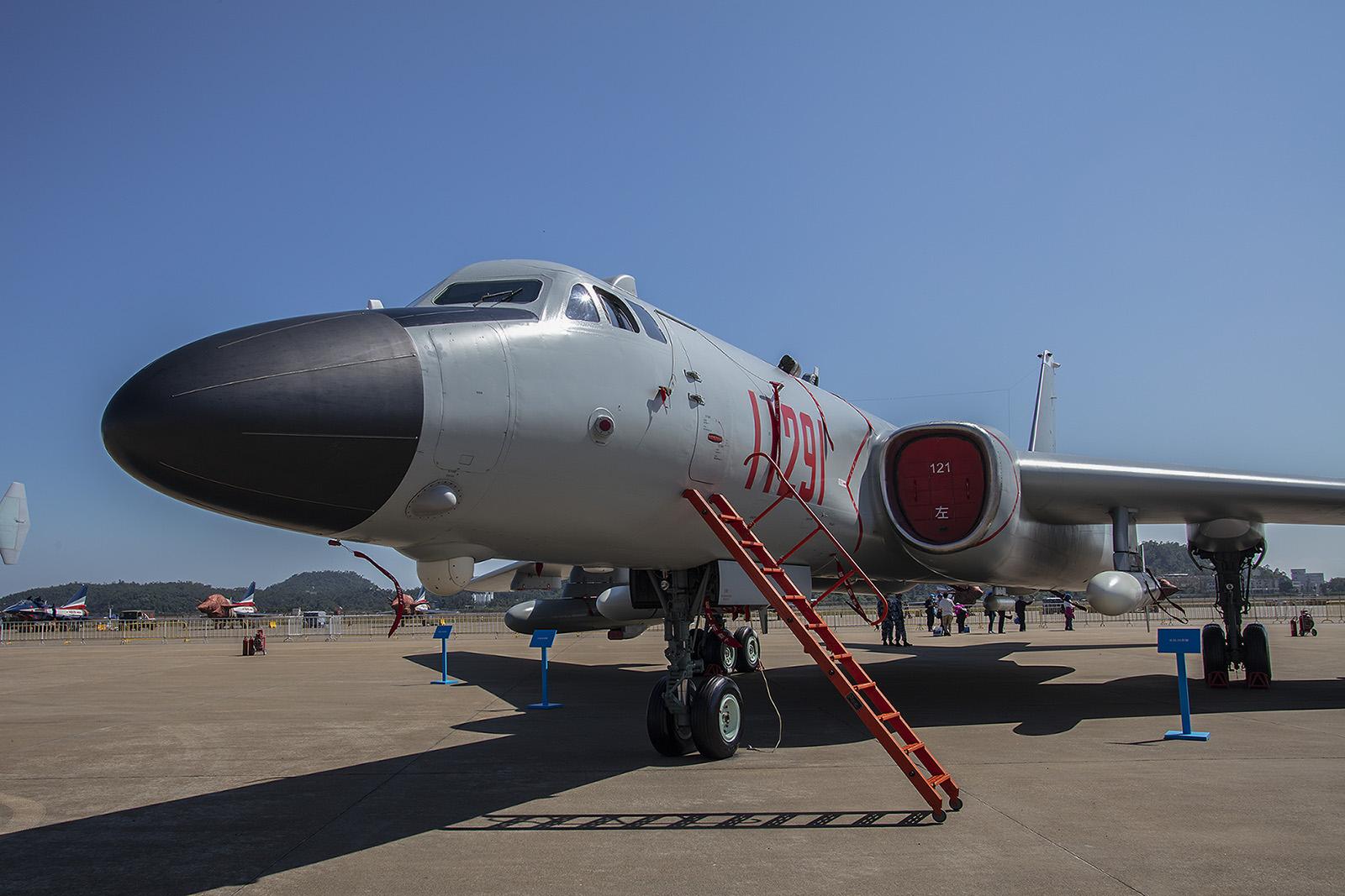 Der Xian H-6 ist ein Lizenzbau der Tupolev Tu-16. Mit seinem Ursprungsmuster hat er in der modernsten Variante H-6K aber nur sie äußere Form gemein.