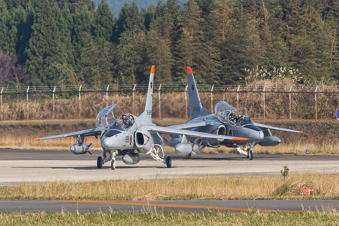 Zwei T-4 auf der Last Chance.