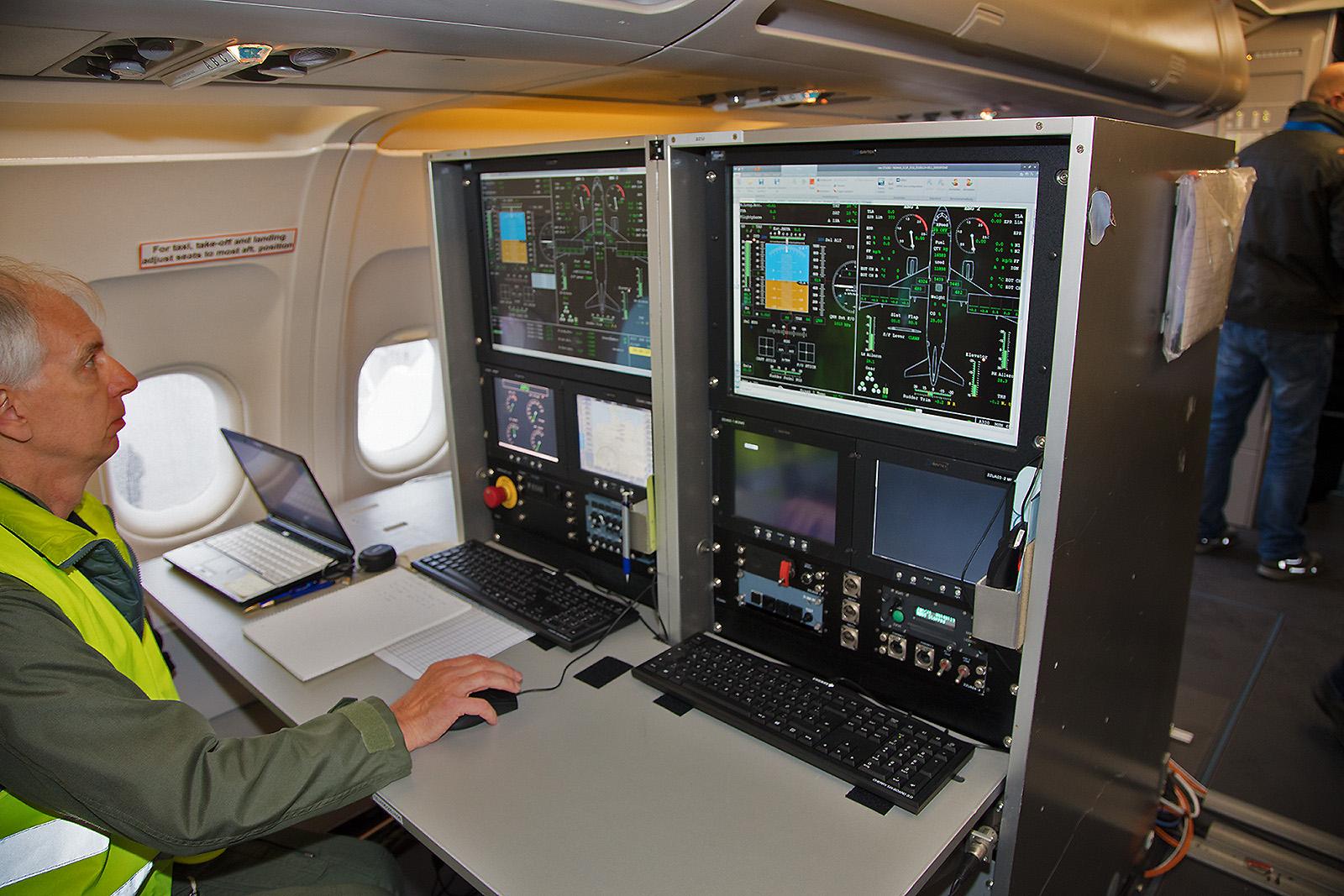 Ein Arbeitsplatz im Airbus des DLR, von hier aus können sämtliche Parameter der Maschine überwacht werden.