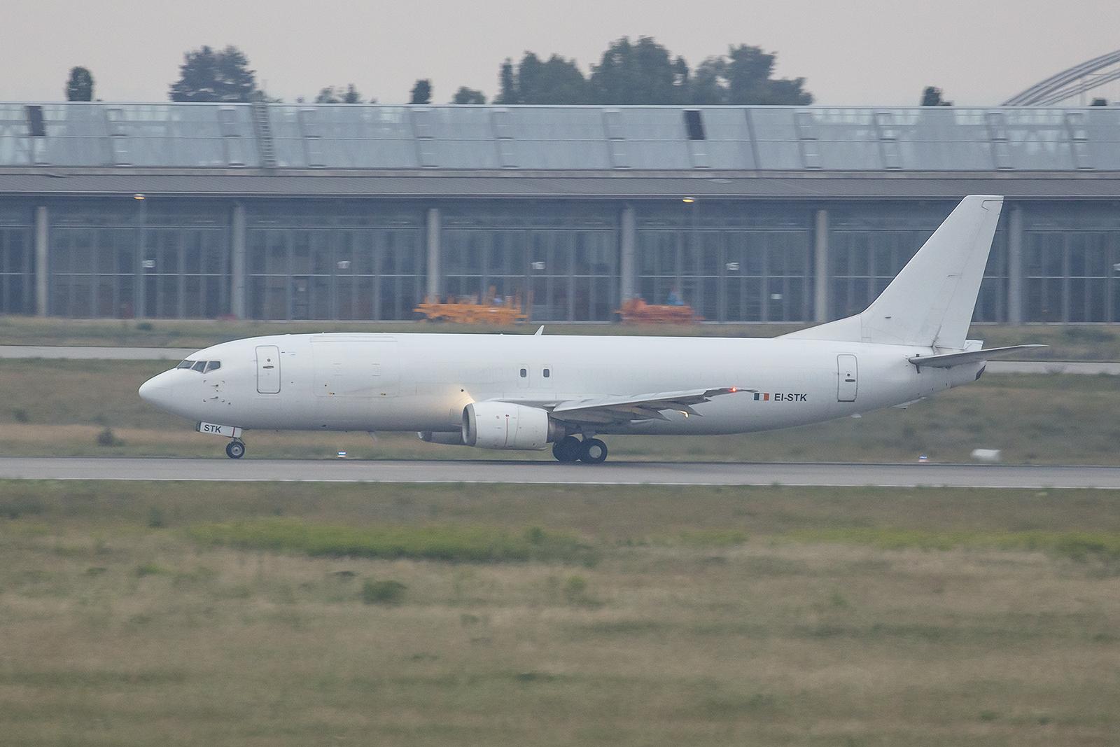 ASL Ireland betreibt diese Boeing 737-448(SF). Ihre Laufbahn begann 1991 auch in Irland bei Aer Lingus.