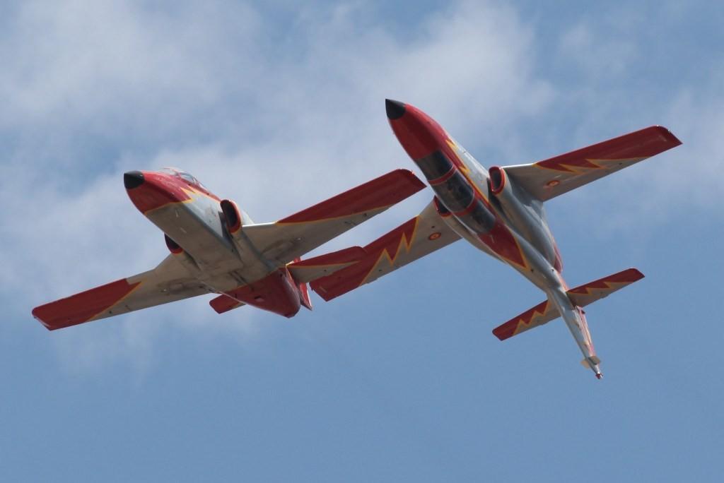 Zwei aviojets im Spiegelflug über dem Campingplatz
