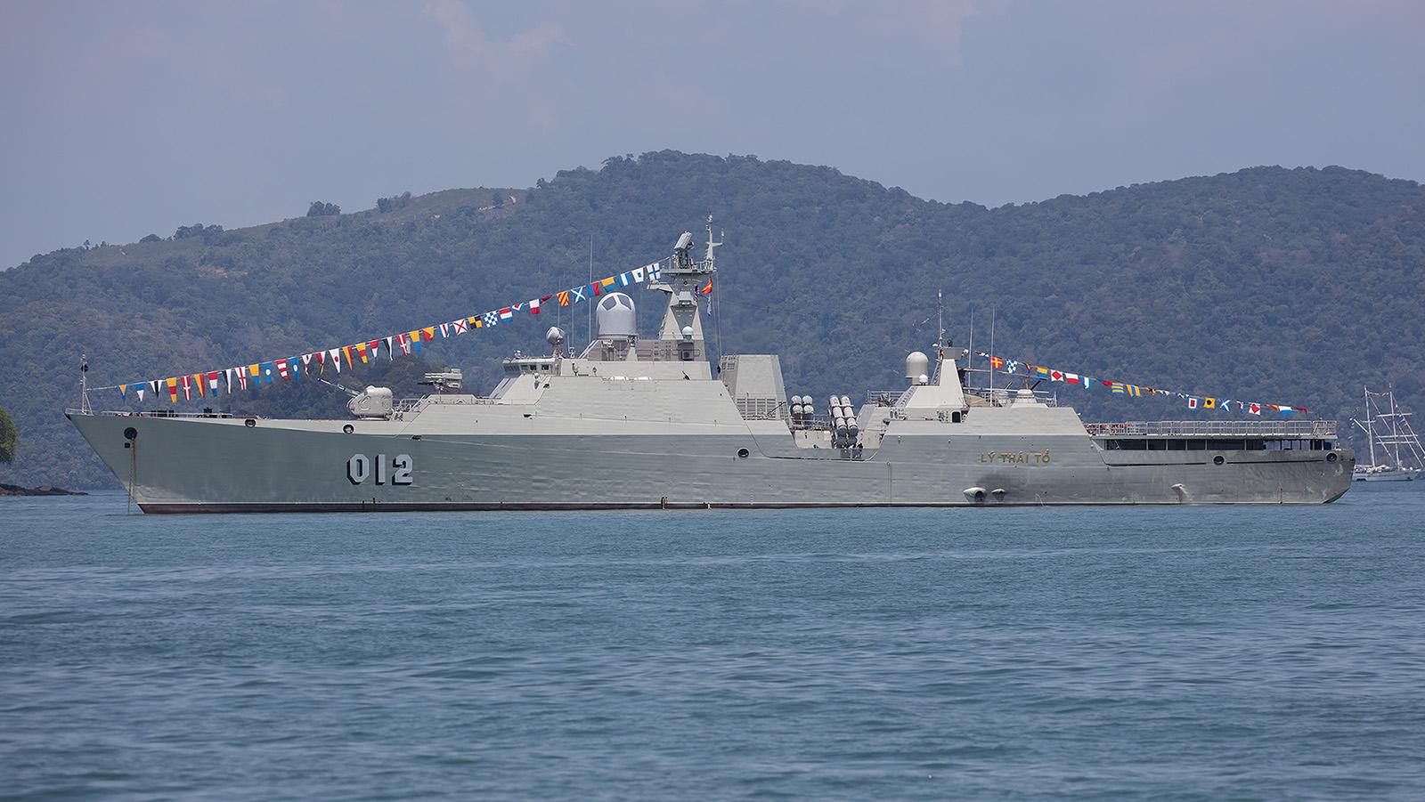 Die Li Thai Ho aus Vietnam. Im hinteren Teil des Schiffes erkennt man die Rotorblätter ihres Kamov Bordhelicopters.