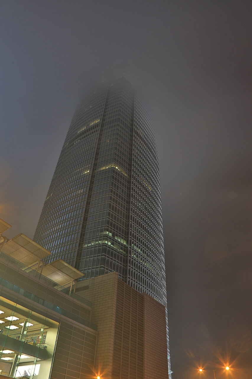 Das Two International Finance Center in den Wolken.