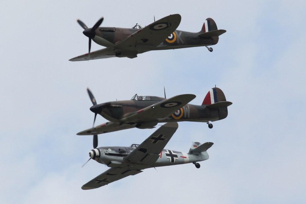 Formation einer Spitfire, einer Hurricane und einer Bf-109.