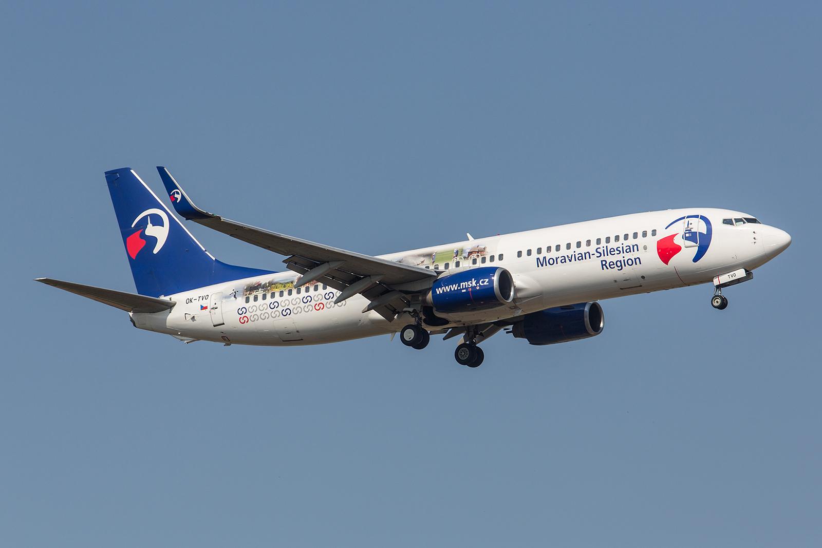 Diese ehemalige GOL Boeing 737-8CX fliegt Werbung für die Region Mähren. Die Maschine wird saisonal immer mal wieder nach Kanada und Indien verleast.