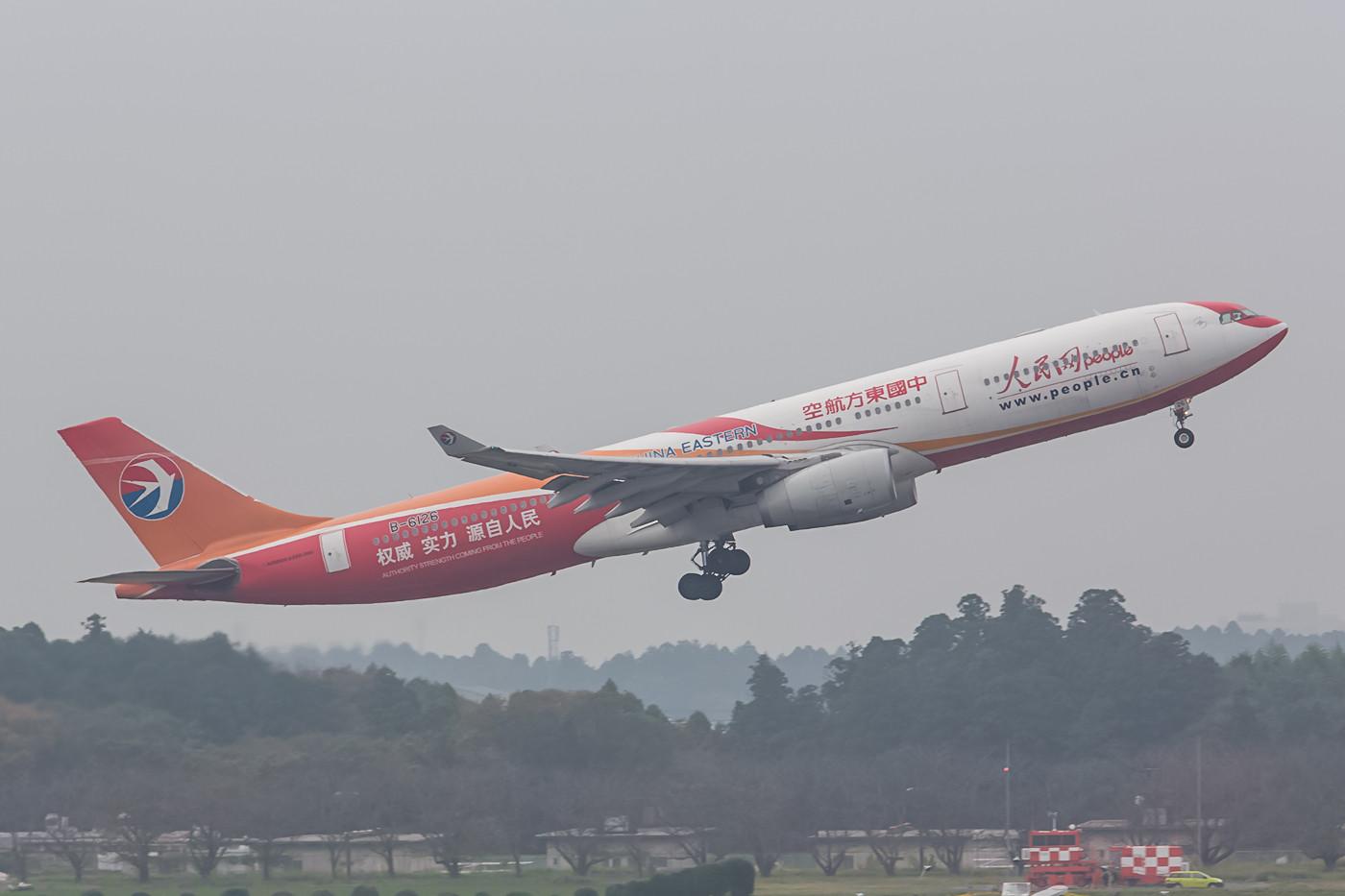 Ein weiterer farbenfroher Gast aus China war die B-6126 der China Eastern.