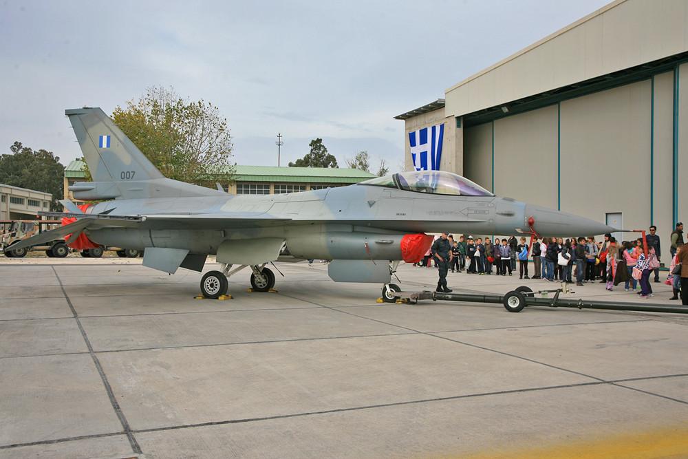 Eine der modernen F-16 mit einer stilvollen Nummer.