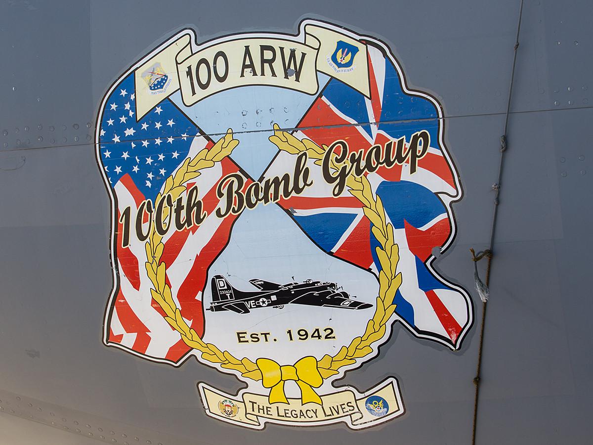 Das Wappen der 100th ARW zeigt noch die Vergangenheit der Staffel als Bombereinheit.
