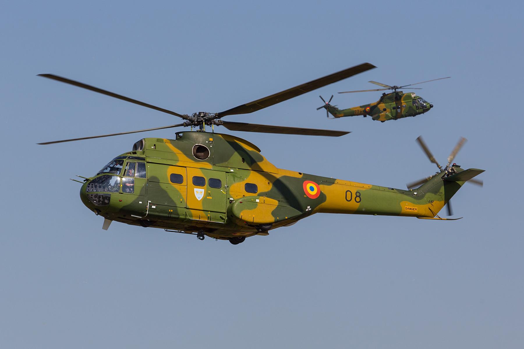 Im Vordergrund die 08, eine IAR-330L. Dahinter die 77 eine modernisierte Variante M.
