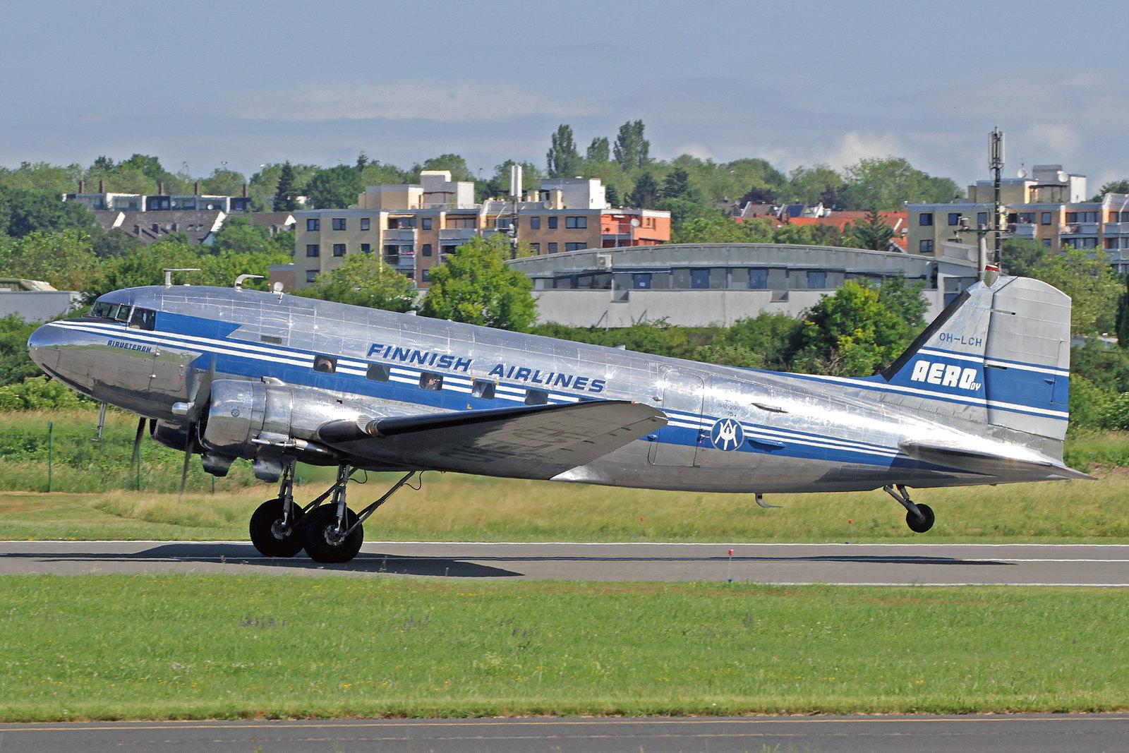 """OH-LCH - Auch die Douglas DC-3A der finnischen """"DC-Yhdistys"""" kam nach Wiesbaden. Sie wurde 1942 als eine DC-3A-453 (c/n 6346) in Santa Monica gebaut und 1943 mit der Kennung 43-2033 an die USAAF ausgeliefert. Dort flog sie unter der Bezeichnung C-53C."""
