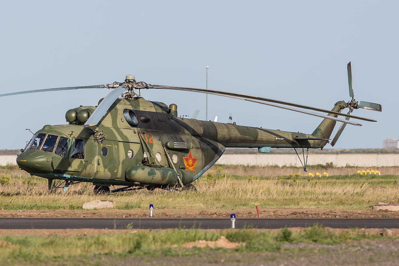 Mil-17V-5 der Luftwaffe neben dem Taxiway