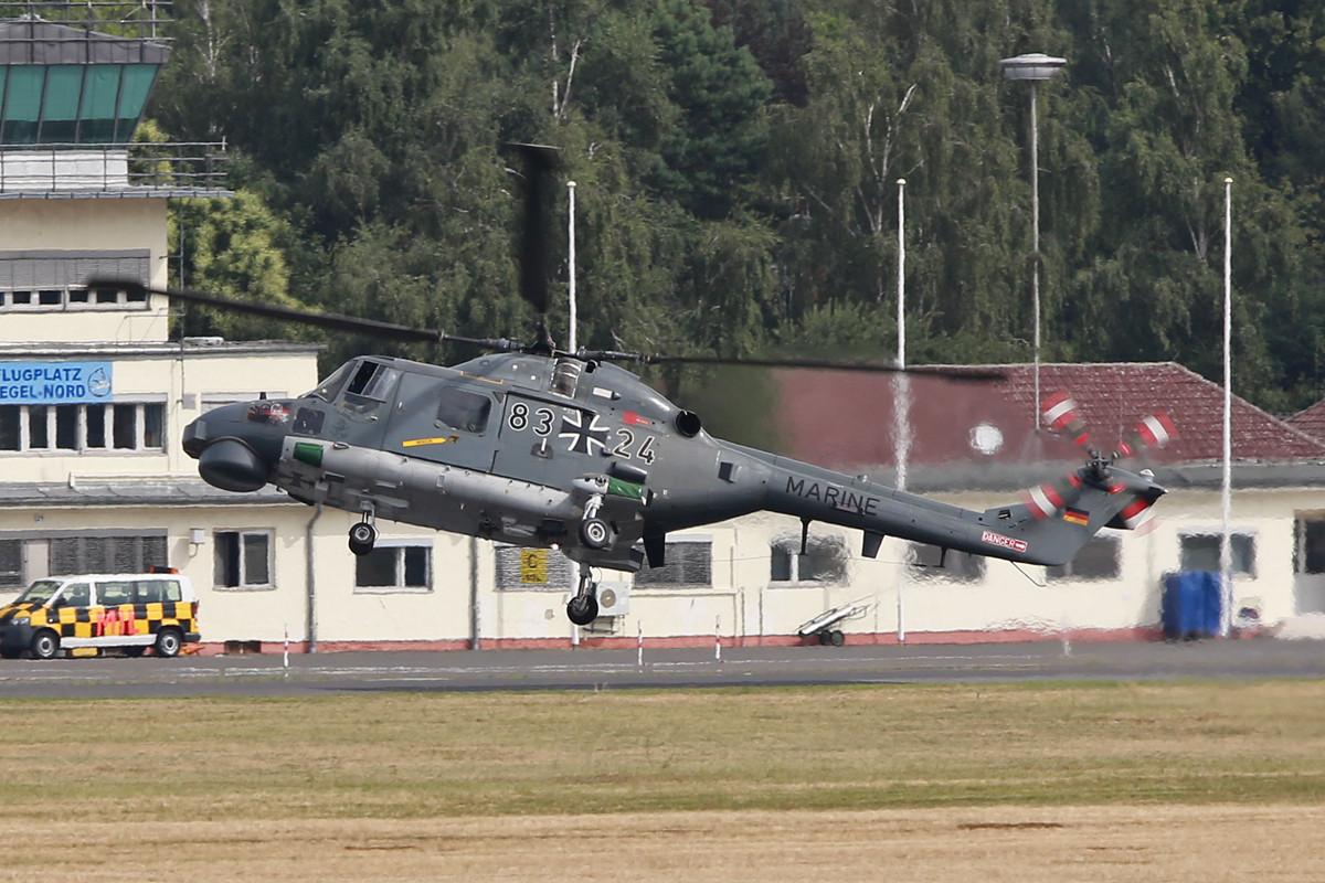 Die Marine kommt zum Tankstopp mit einem Lynx.