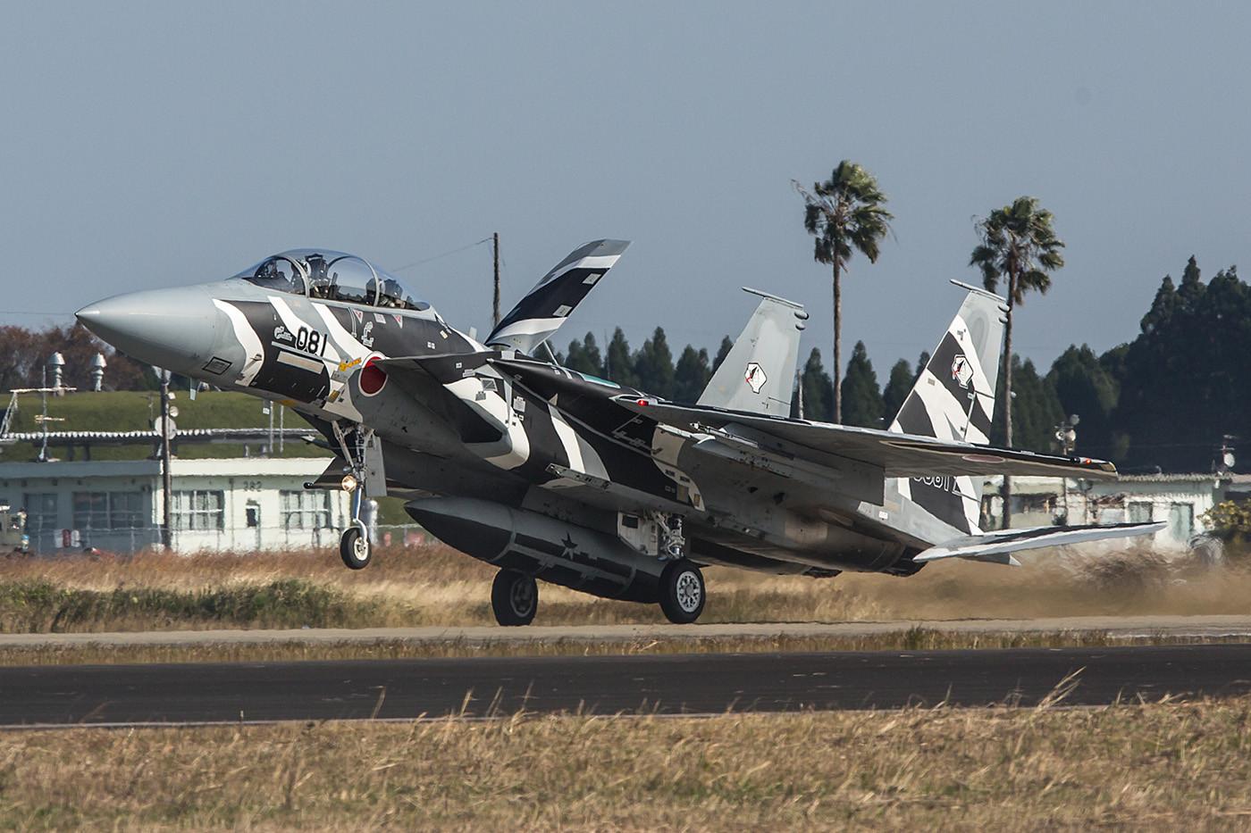 Mit der F-15 kann man sehr elegant bremsen, einfach Nase oben lassen bis der Auftrieb weg ist.