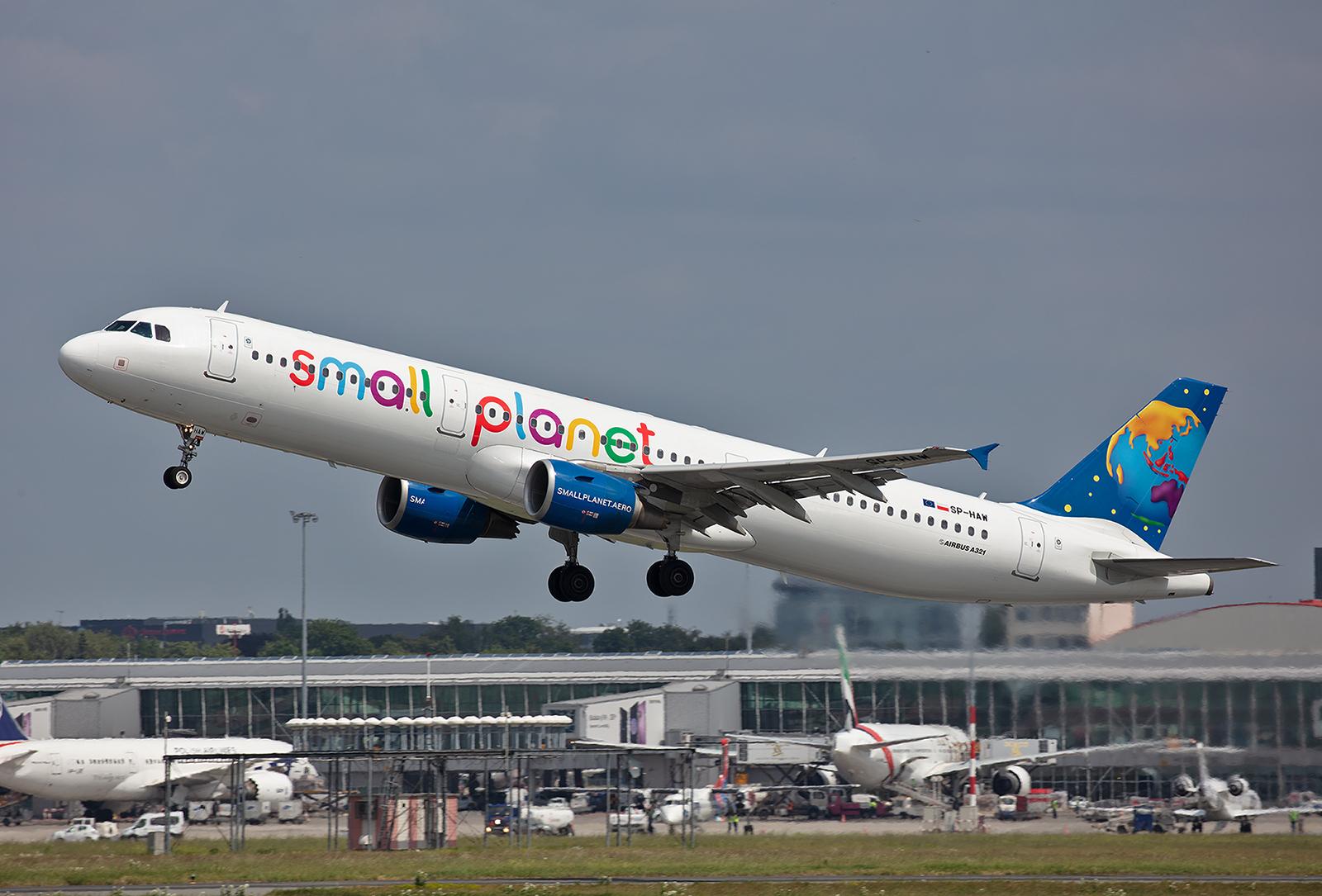 Die Small Planet kommt eigentlich aus Litauen und ging aus der FlyLAL hervor. Sie betreibt inzwischen eine beachtliche Anzahl an A320/321 und hat auch eine deutsche Tochter mit Sitz am SXF.