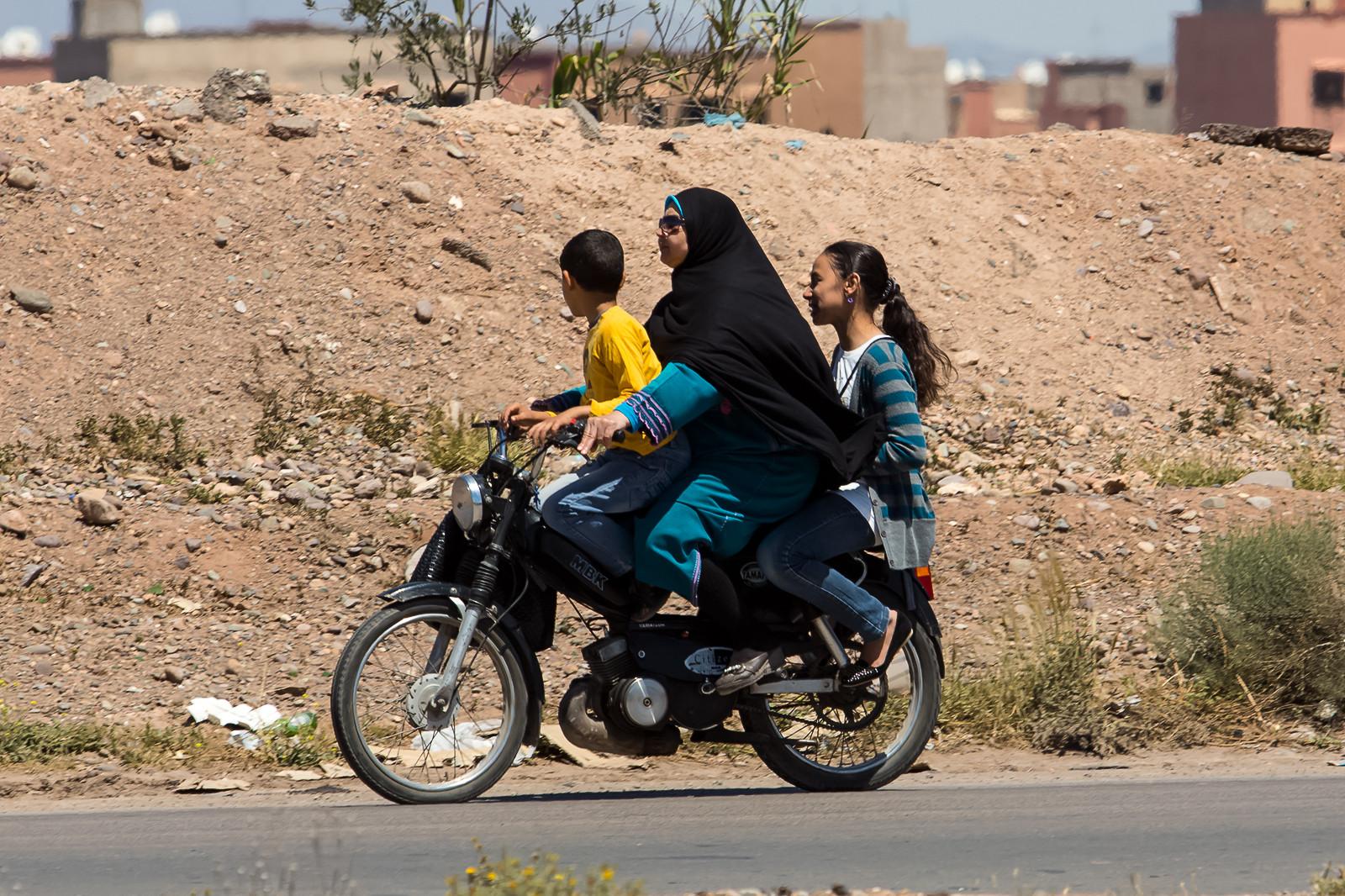 Wer braucht schon einen Helm und wer hat eigentlich gesagt, dass auf einem Moped nur zwei Personen Platz haben?