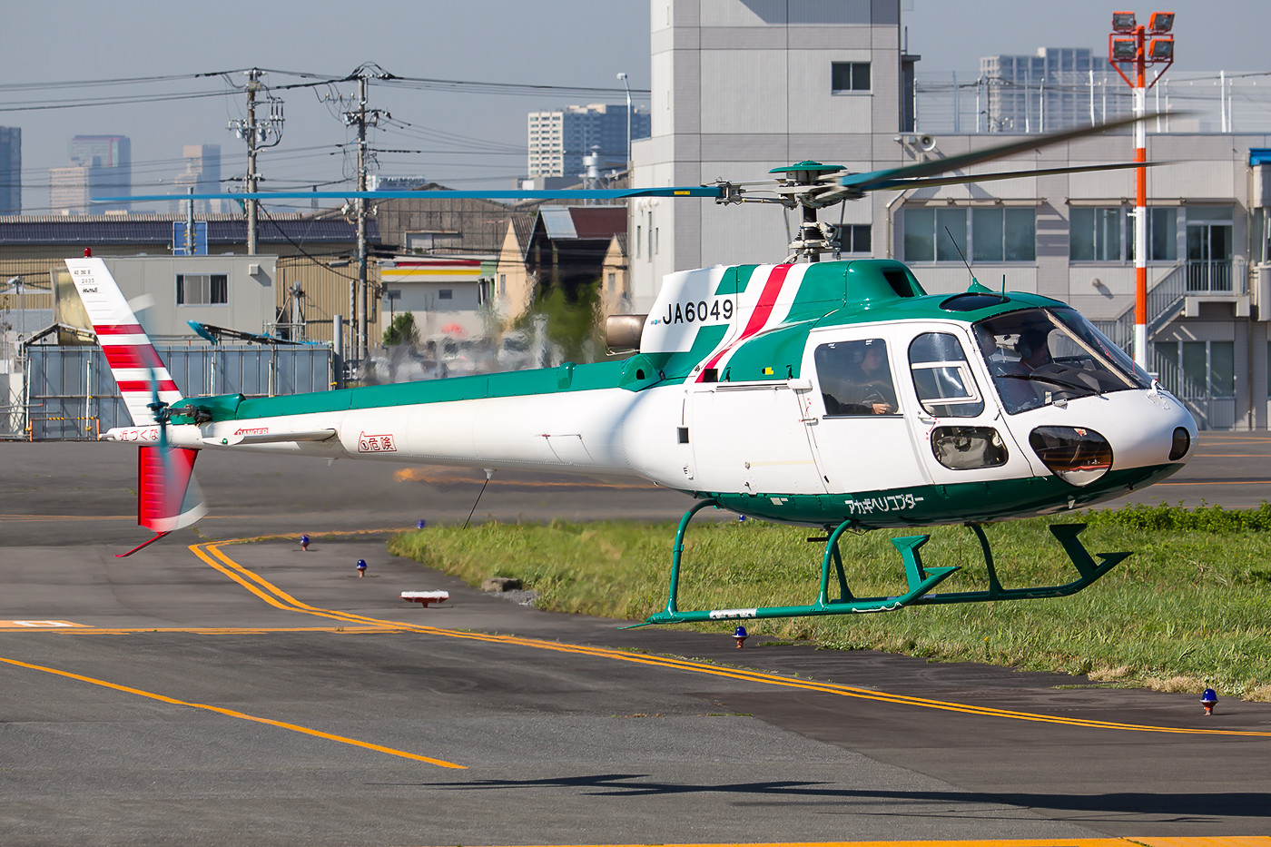 Akagi Helicopters betreibt diese AS-350B.