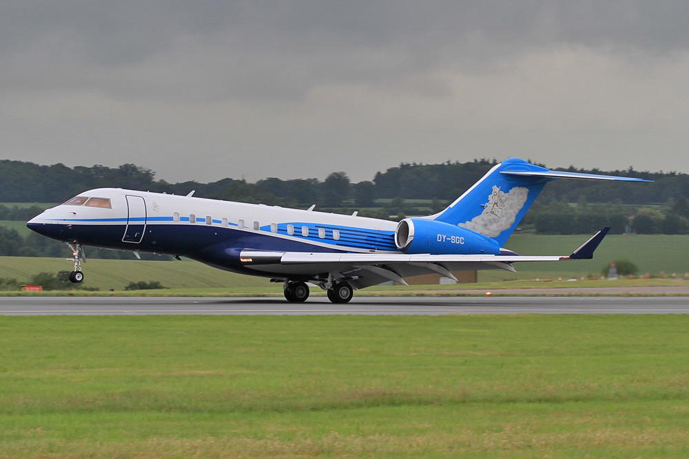 GLEX 5000 der Execujet Europe in einer dem Dreamliner nachempfundenen Bemalung.