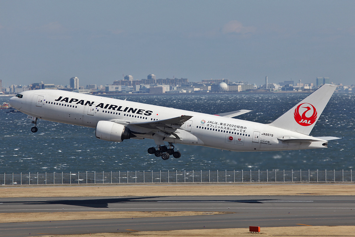 Flugzeuge sindin Japan ein beliebter Werbeträger, wie diese Boeing 777-200 der JAL.