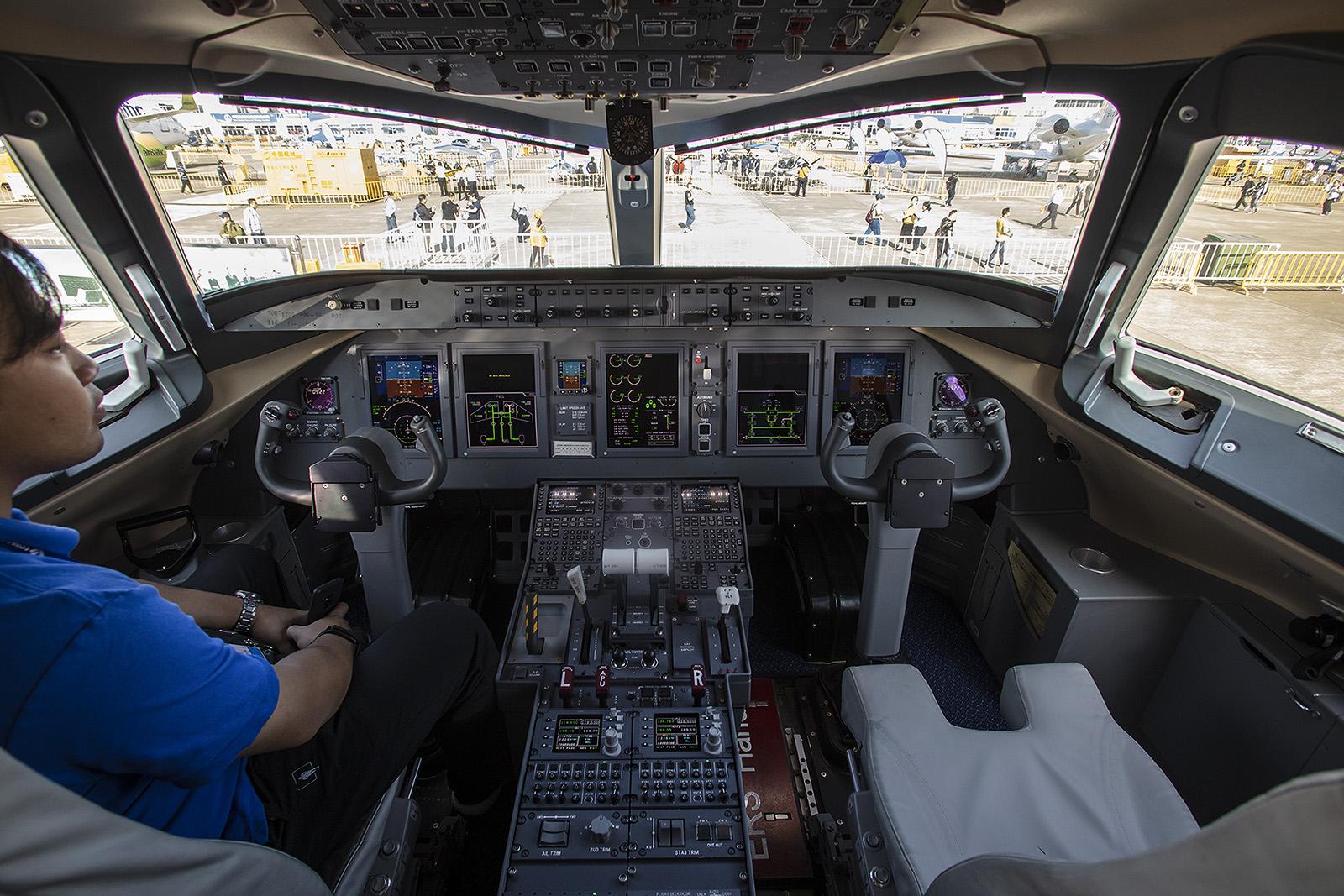 Das Cockpit der ARJ 21 unterscheidet sich nicht wesentlich von denen anderer Hersteller.