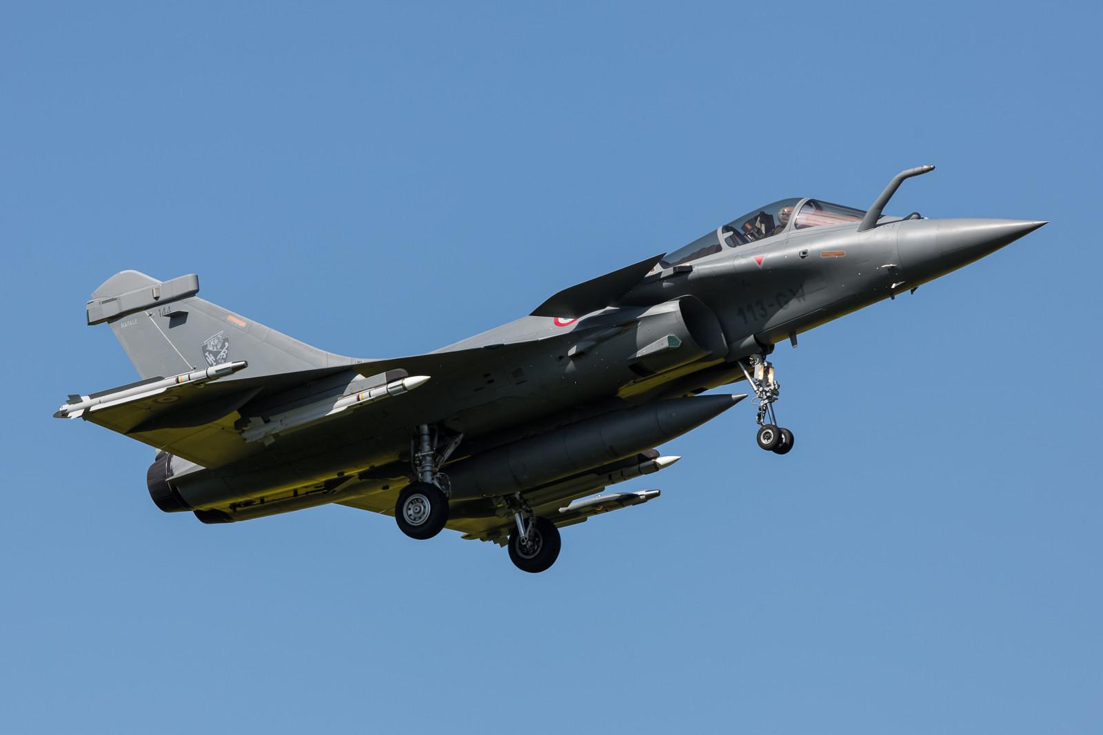 """Landung der QRA, die 144 der EC 01.007 """"Provence"""" mit vier Raketen unter den Flügeln."""