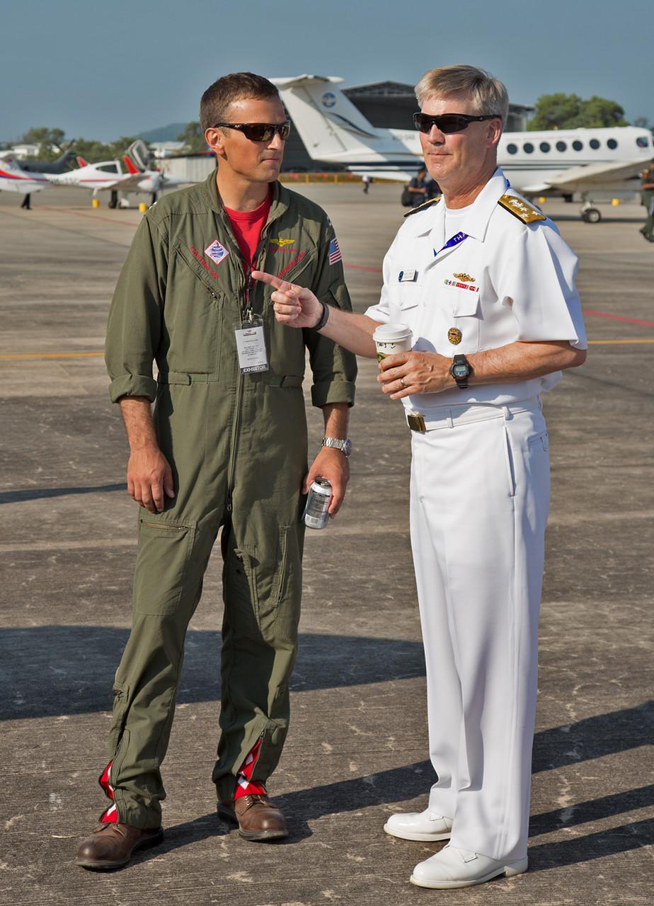 """Vice Admiral Robert L.Thomas, Befehlshaber der 7. US-Flotte im Gespräch mit einem Piloten der VFA-102 """"Diamondbacks""""."""