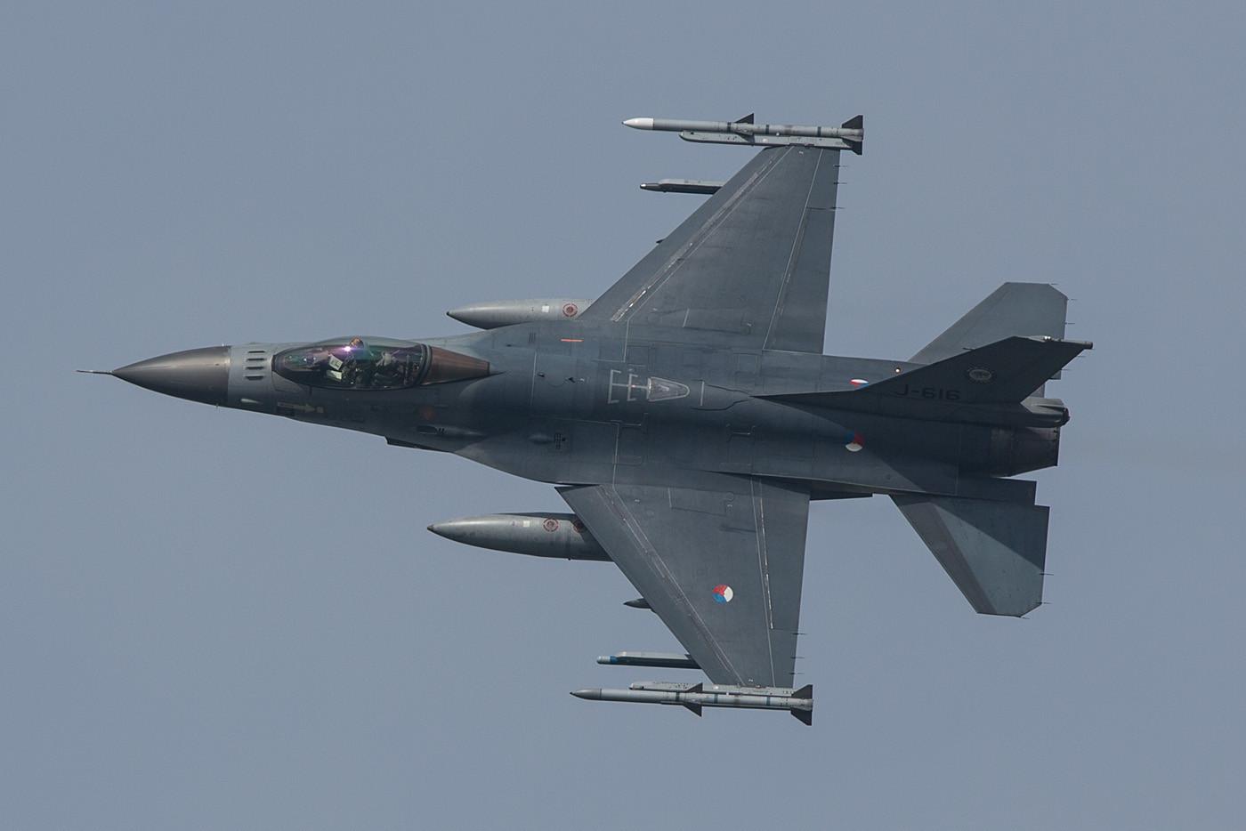 Deshalb wartet man sehnsüchtig auf die F-35, auch weil sich der Bestand an Flugzeugen damit drastisch verkleinern wird und man Personal sparen kann.