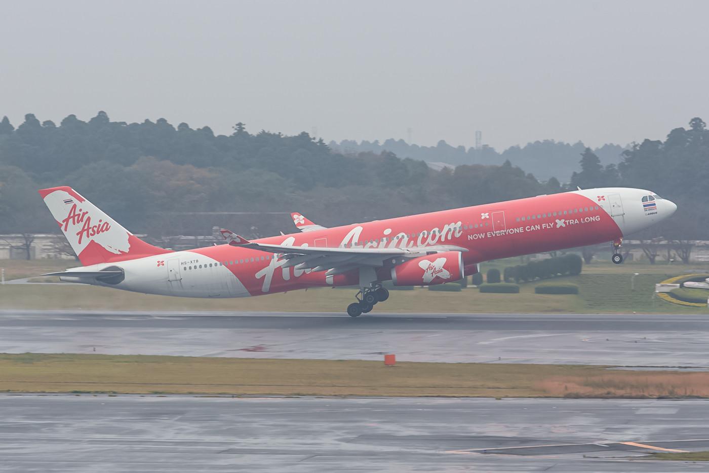 A 330 der Air Asia X Thailand beim Start im feuchten Narita.
