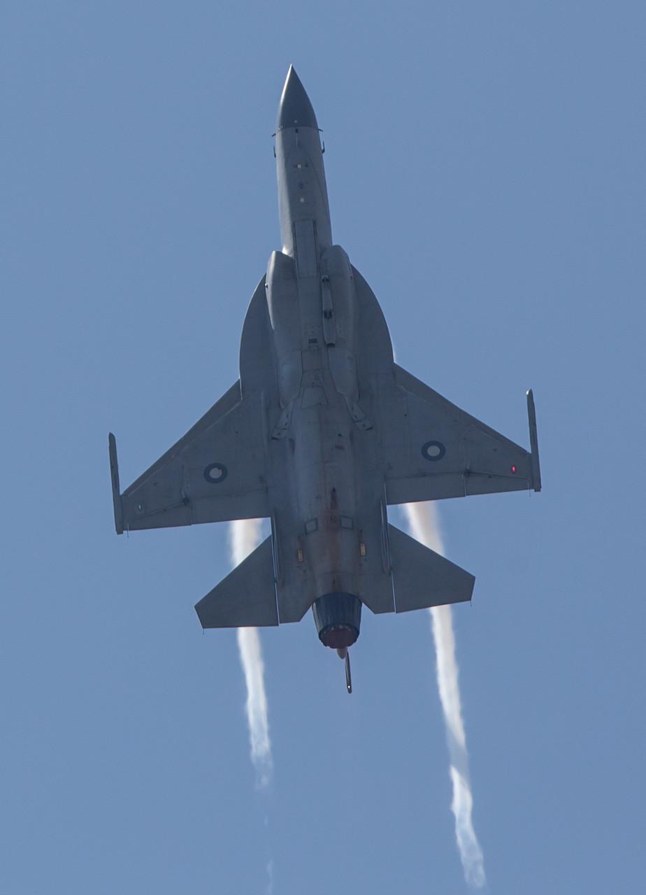 Auf jeden Fall kann sie aber einiges und muß sich zumindestens nicht vor der F-16 fürchten.