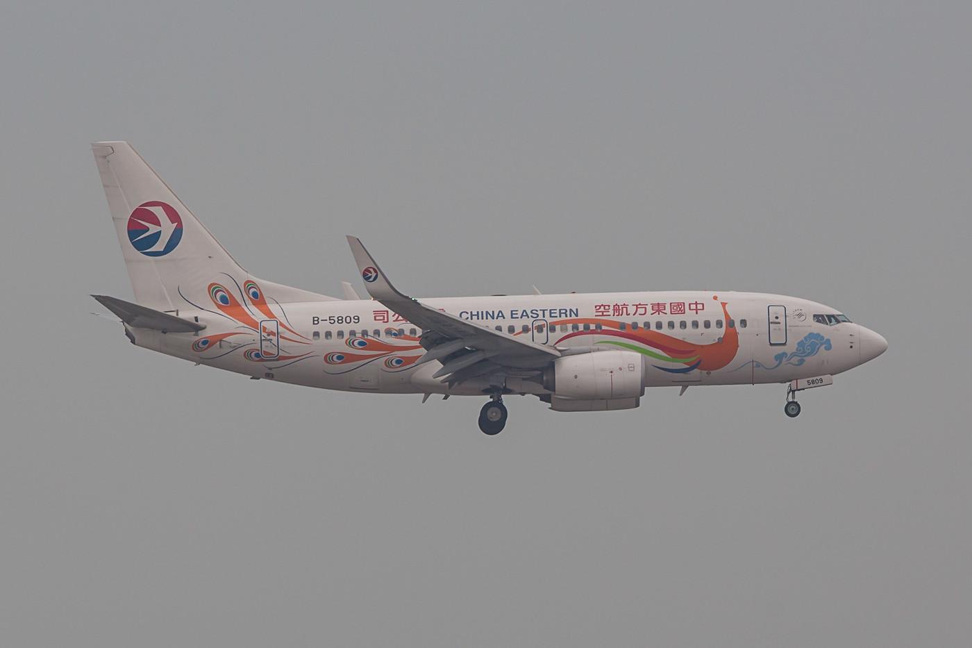 Chinesische Airlines mögen es gerne etwas bunter, so wie diese Boeing 737-700 der China Eastern.