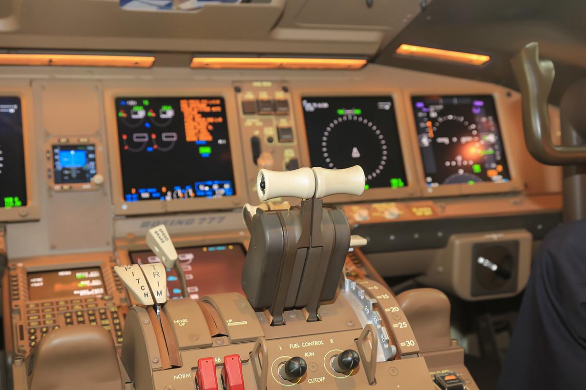 Flightdeck der 777