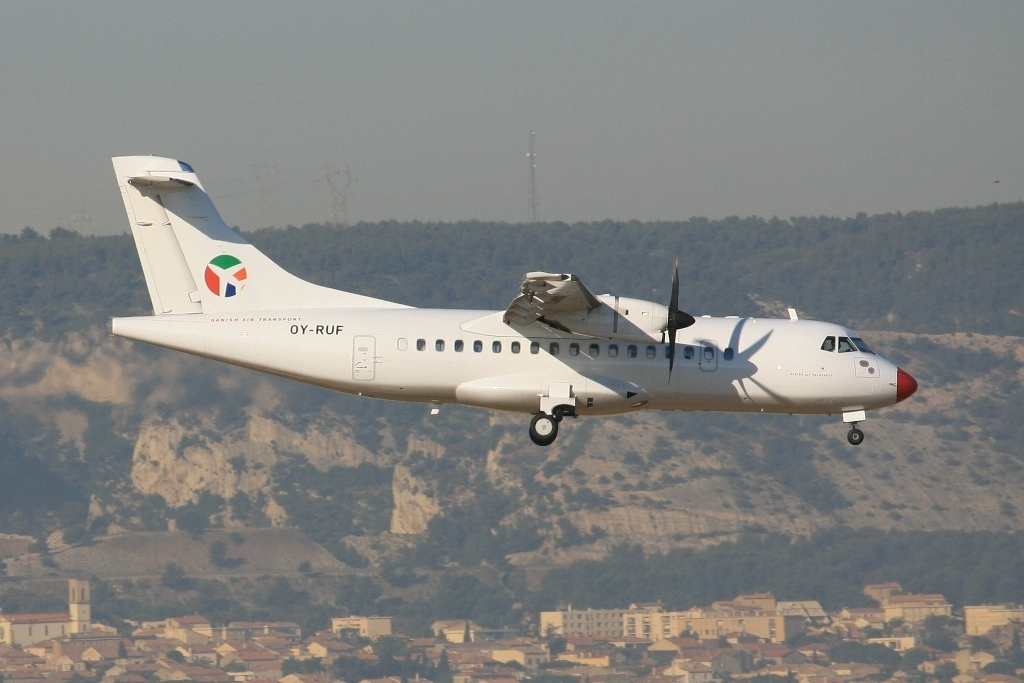 ATR-42 der DAT landet auf der hinteren Bahn.