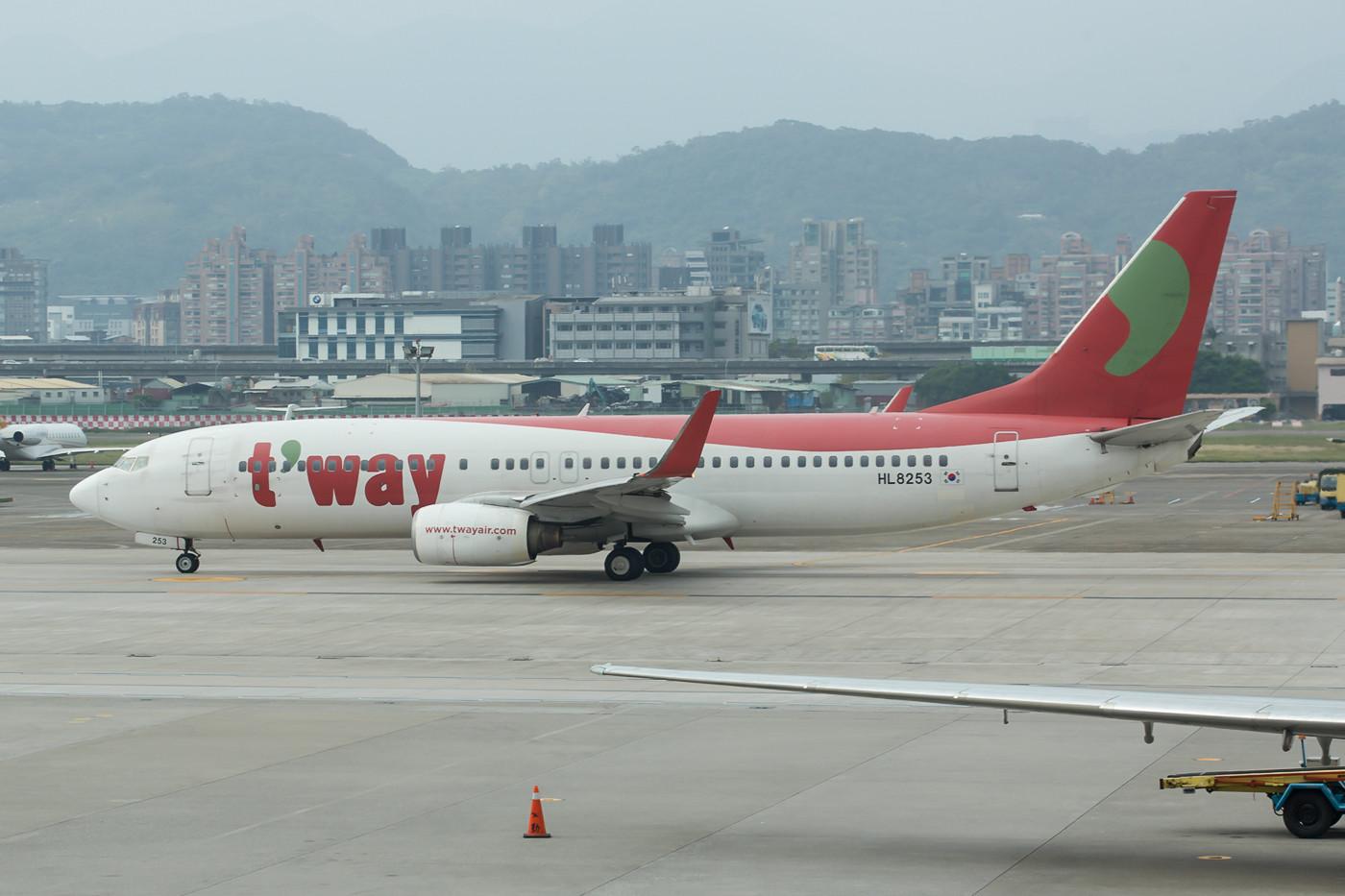 Vom Terminal kurz vor dem Abflug nach Magong gelang noch dieses Bild einer Boeing 737-800 der T´way.