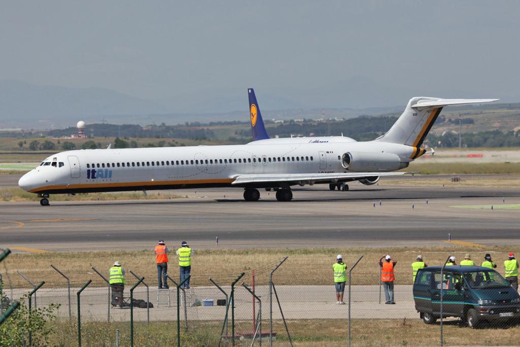 Italy Air MD-82, leider sind die Bienen wieder runter.