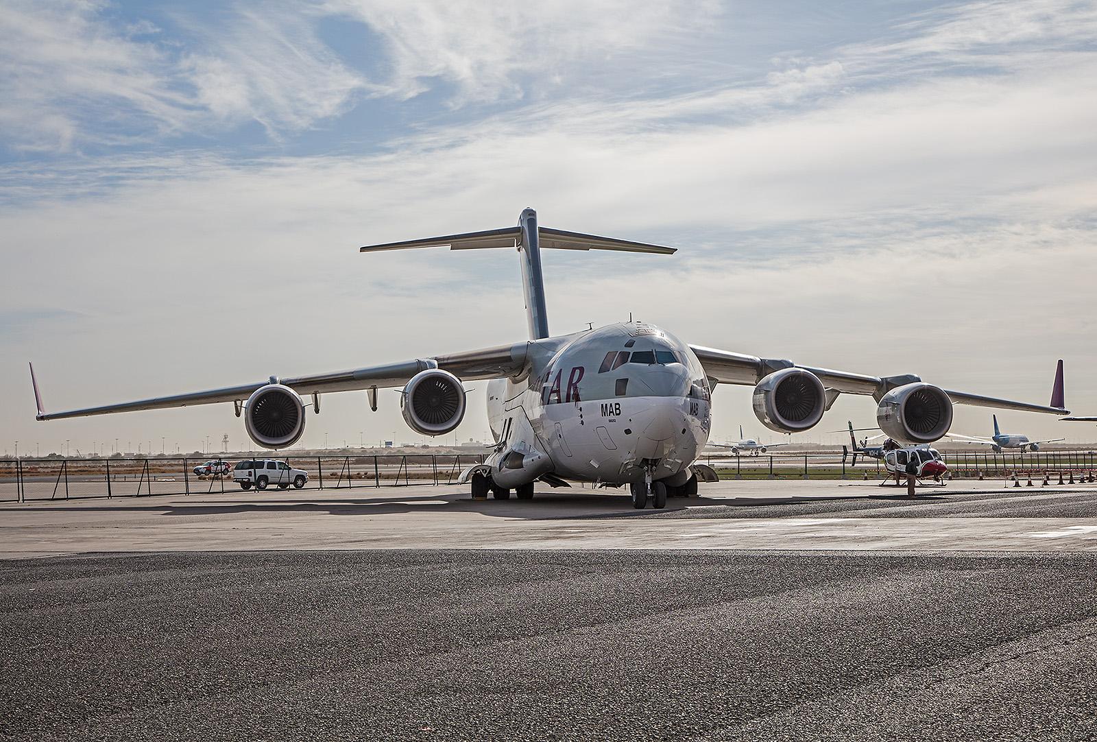 Diese C-17A der Qatar Emiri Air Force trägt die Fraben von Qatar Airways.