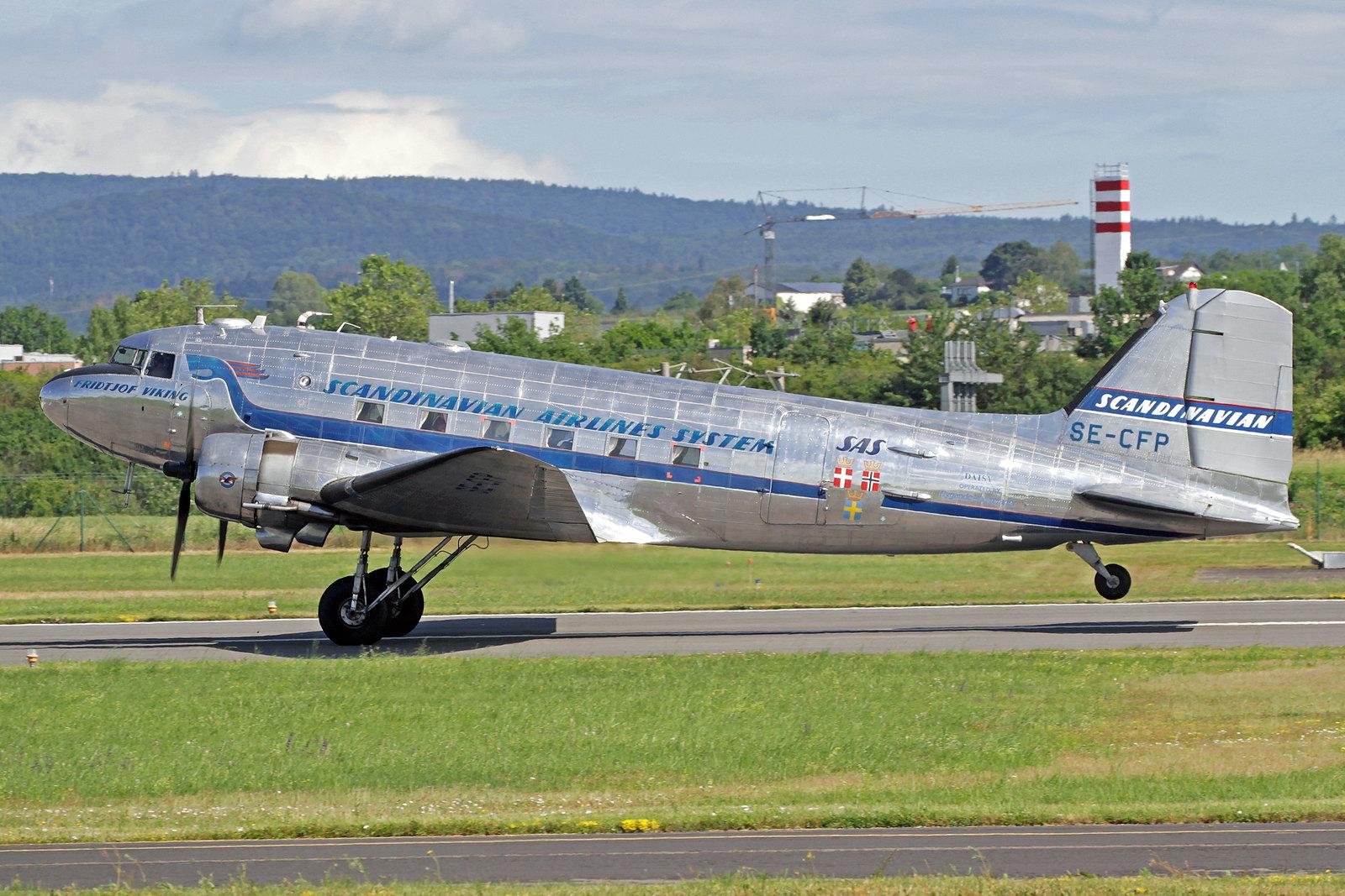 """SE-CFP - Die Douglas DC-3 """"Fridtjof Viking"""" der Flygande Veteraner wurde als C-47 A-60-DL Skytrain mit der c/n 13883 in Long Beach gebaut und im Oktober 1943 mit der Kennung 43-30732 an die US Army ausgeliefert."""
