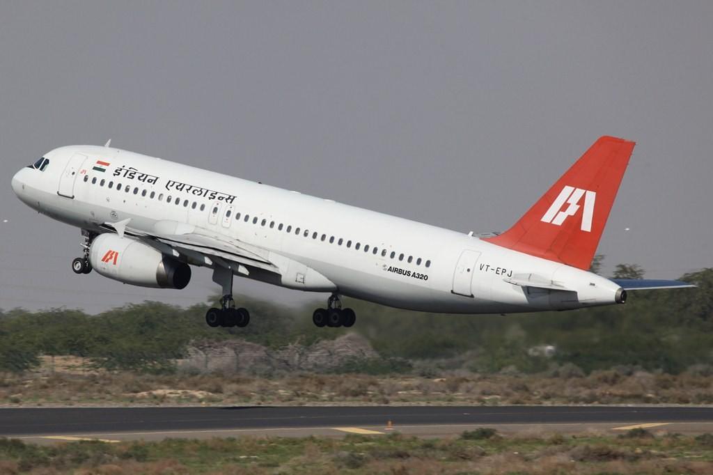 Die Indian Airways mit einem ihrer speziell ausgestatteten A 320. Die Doppelachse am Haptfahrwerk erlaubt auch Landungen auf Schotterpisten.