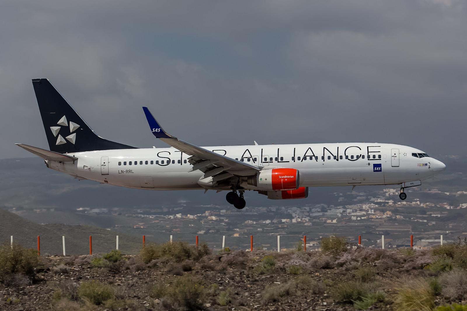 """LN-RRL, Boeing 737-883, einer von mehreren """"Star Allinance""""-Logojets aus Skandinavien."""
