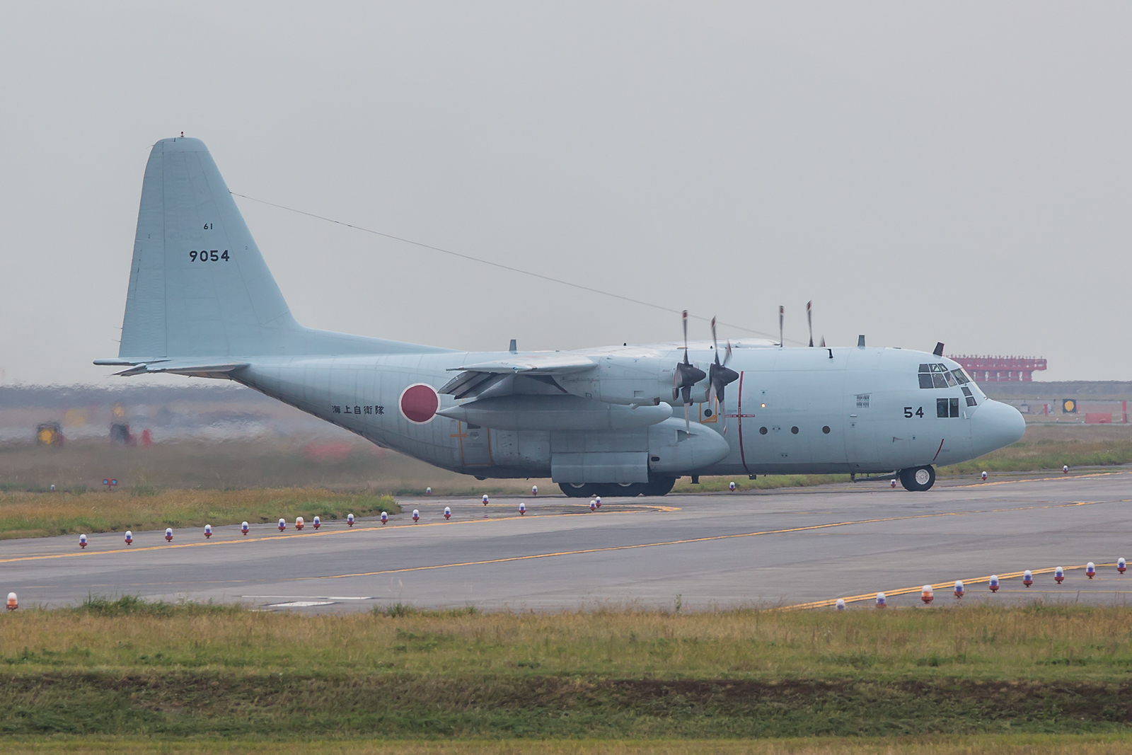 Lockheed C-130R der JMSDF, insgesamt fünf Exemplare wurden gebraucht von der US Navy übernommen.